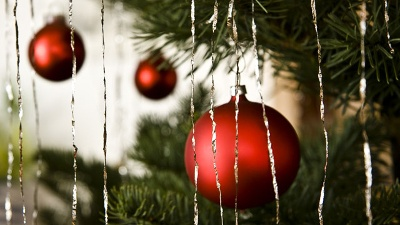 Christmas-Tree-closeup-with-ornaments-and-tinsel-jpg_20161129153505-159532
